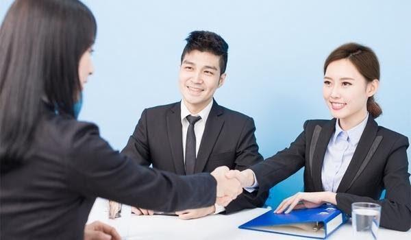 Thái độ cầu thị, ánh mắt tự tin giúp bạn chinh phục nhà tuyển dụng